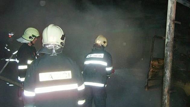 Ve středu 17. března zhruba o půl druhé ráno hořel přístřešek a dodávka v Hůrce.