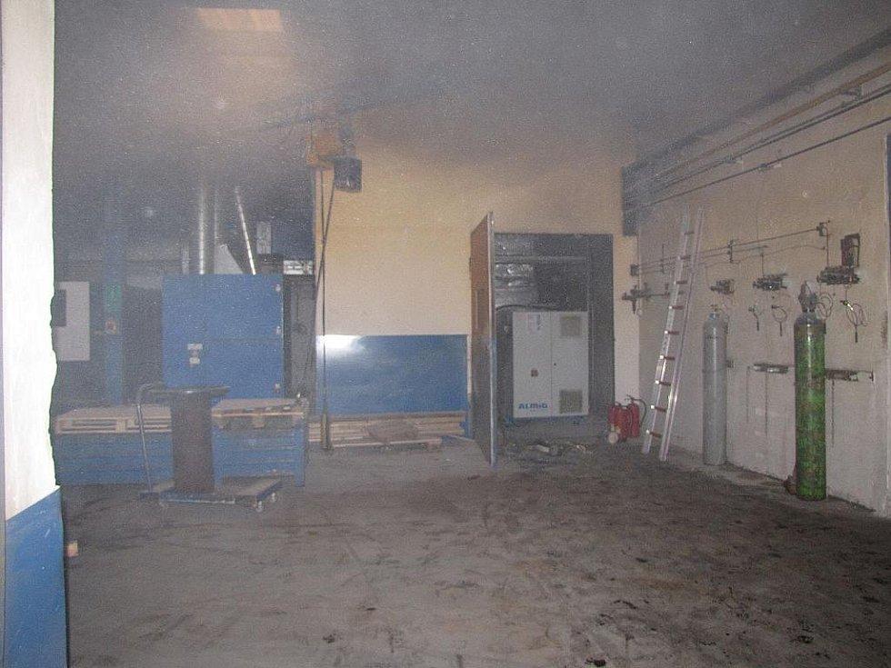 Čtyřicet minut bojovali hasiči s plameny, které zachvátily kompresorovnu ve výrobním podniku v Suchdole nad Odrou.