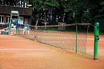 V Petřvaldě na Novojičínsku neznámý zloděj v noci na pátek 17. července ukradl z místního sportovního areálu tenisové sítě.