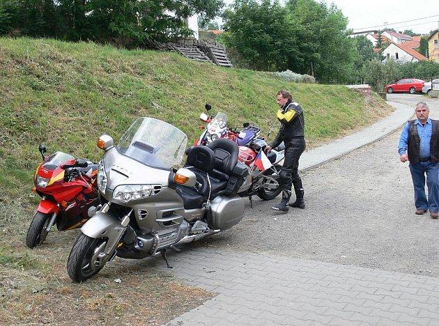 Za motorkáři z Bílova přijíždějí kolegové z bližšího i vzdálenějšího okolí. Letos by se jich mělo objevit nejvíce na srpnovém srazu v Bílově.