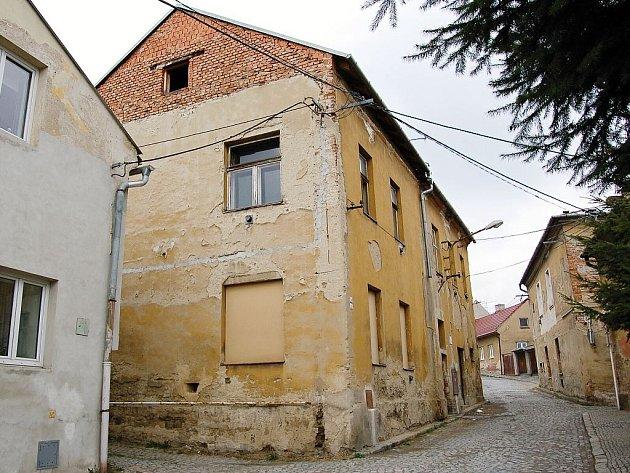 JEDEN Z DOMŮ na Pivovarské ulici, který čeká na demolici.