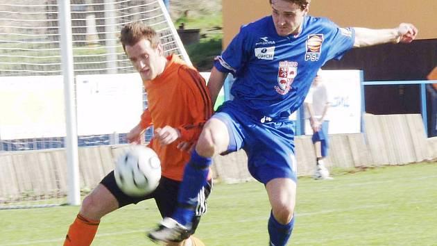 Ani ve čtvrtém jarním utkání MSFL hráči Fulneku neprohráli. Na snímku bojuje o míč fulnecký obránce Vlastimil Fiala (vlevo) s jihlavským útočníkem Tomášem Peteříkem.