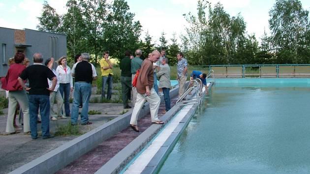 Stav bazénu v autokempu v Jerlochovicích si fulnečtí zastupitelé mohli nedávnou prohlédnout na vlastni oči.