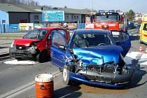 Dvě jednotky hasičů zasahovaly v sobotu dopoledne ve Fulneku u nehody dvou osobních automobilů - Kia Picanto a Toyota Yaris, která si vyžádala zranění 4 osob, z toho dvou dětí.