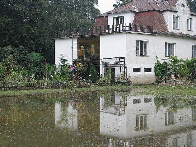 Dům manželů Mikových v Hladkých Životicích zatopila voda. Starosta obce tvrdil, že se nic neděje.