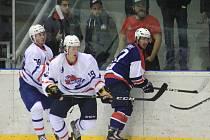 NOVOJIČÍNŠTÍ hokejisté (v bílo-modrém)dlouho vzdorovali favorizované Porubě, ale nakonec si připsali první domácí porážku v sezoně.