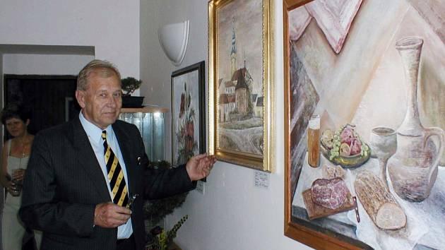 Miroslav Hanzelka u svého obrazu.