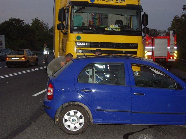 Školáckou chybu učinil řidič-senior, když se otáčel na čtyřproudové silnici. Kamion jedoucí za ním už nestačil zabrzdit.