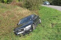 řidič nezvládl  zatáčku ve směru od Příbora na Studénku a skončil v příkopu.