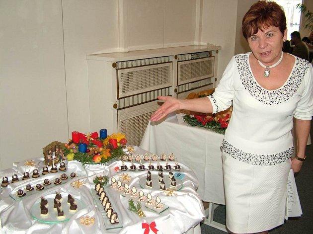 Marie Nováková nad jedním z výtvorů svých studentů.