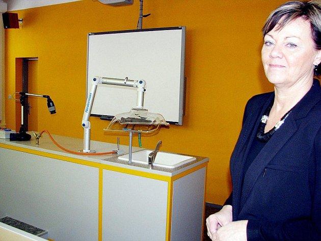 Ředitelka oderská střední školy Jaroslava Dokoupilová představila nové učebny.