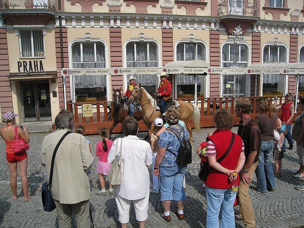 Nový Jičín přivítal s předstihem jezdce Ponny Expressu. Ti si vyzvedli asi čtyřicet pohlednic, které bylo možno zakoupit před Žerotínským zámkem.