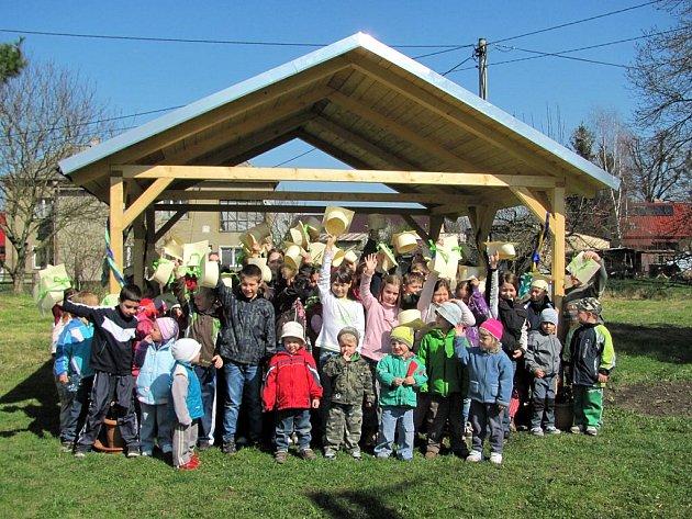 Pět tříd dětí a předškoláci se přišli podívat na slavnostní předání altánku.