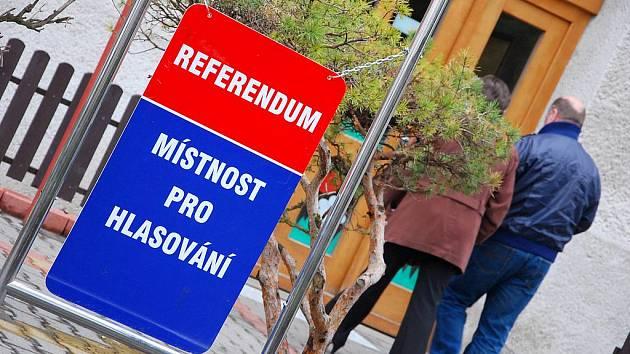 K referendu přišlo téměř devět set lidí.