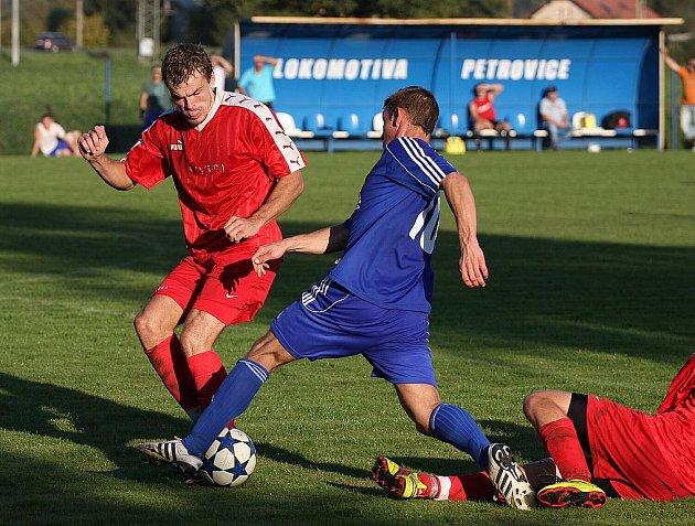 Deváté kolo Moravskoslezské fotbalové divize, skupiny E, zavedlo hráče FK Nový Jičína pažit petrovické Lokomotivy. Utkání týmů se stejným počtem bodů a bez výraznějších papírových předpokladů nakonec ovládli hosté.