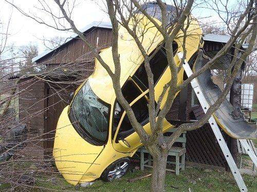Dvě jednotky hasičů zasahovaly v neděli odpoledne v Příboře na silnici ve směru na Hájov, kde skončilo osobní auto svisle zaklíněné do stěny dřevěné zahradní chatky, čelní částí zaryté do země.