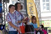Klára Rampírová na snímku v bílém dresu druhá zleva.