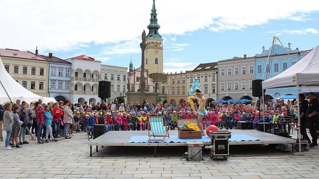 V Novém Jičíně se žáci tamní ZUŠ představili v pátek 31. května na Masarykově náměstí.