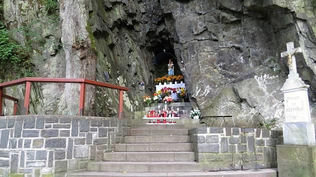 Ke Spálovu patří poutní místo zvané Panna Maria ve Skále. Je hojně navštěvované.