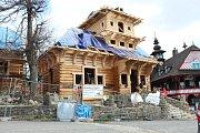 Obnova chaty Libušín na Pustevnách. Hrubá stavba byla dokončená v polovině dubna 2018.