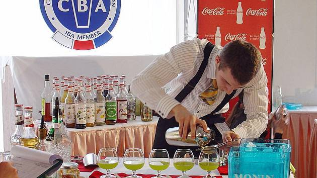 Barmani míchali drinky na čas.