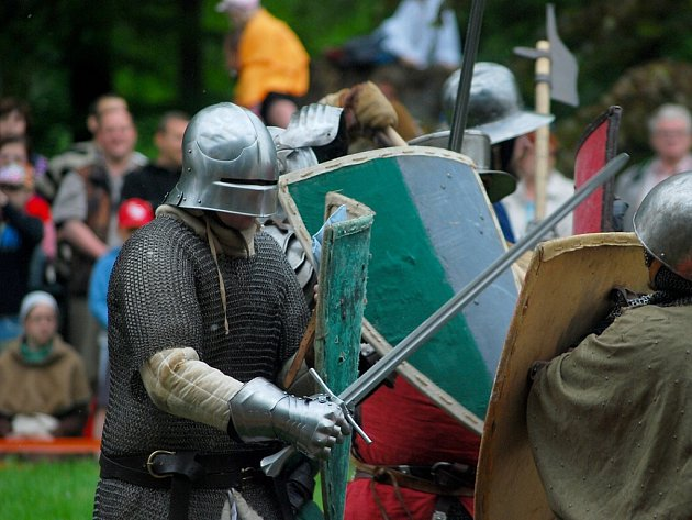 Rekonstrukce bitvy u Azincourtu na kunínském zámku.