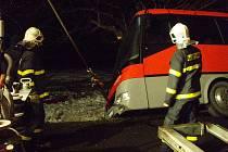 Hasiči zachraňovali cestující z autobusu, ten pak vytáhli na silnici.