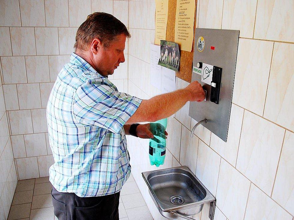Zemědělci se snaží reagovat na likvidační ceny výkupního mléka zřizováním samoobslužných automatů na mléko. [11:23:56] Adam Knesl: Prrvní z nich zavedla společnost Starojicko v Jičině.