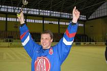 Kapitán Hájova Radek Jurečka zvedl po zásluze nad hlavu pohár pro vítěze kopřivnické 3. ligy amatérských hokejistů.