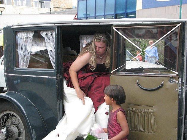Ojedinělá však nebyla pouze svatba, ale i samotný příjezd nevěsty a ženicha.