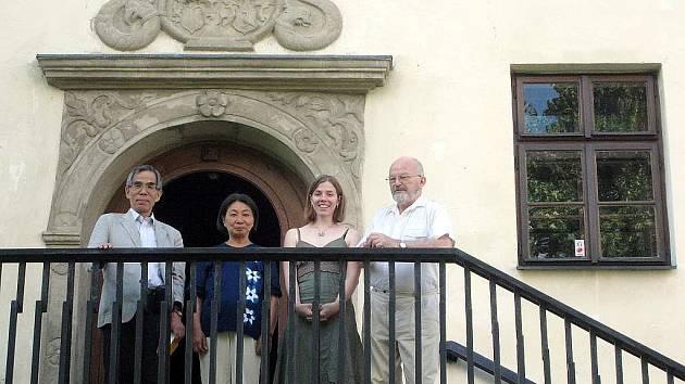 Před památníkem J. A. Komenského ve Fulneku. Zleva: profesor Hiroshi Matsuoka s manželkou Yoshiko, Karolína Doláková a František Hýbl.