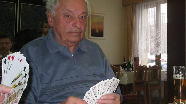Vlastimil Hrubý na svá kantorská léta vzpomíná rád. Volný čas mu v důchodu vyplňují taroky.