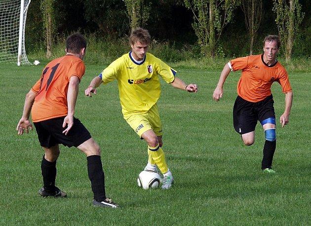 Fotbalisté TJ Sokol Žilina hostili v semifinále okresní části českého poháru FC Libhošť (žluté dresy).