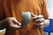 Ukázka nálezů ze Studénky. Na snímcích jsou nalzené nádoby, jež patří do kultury s lineární keramikou.
