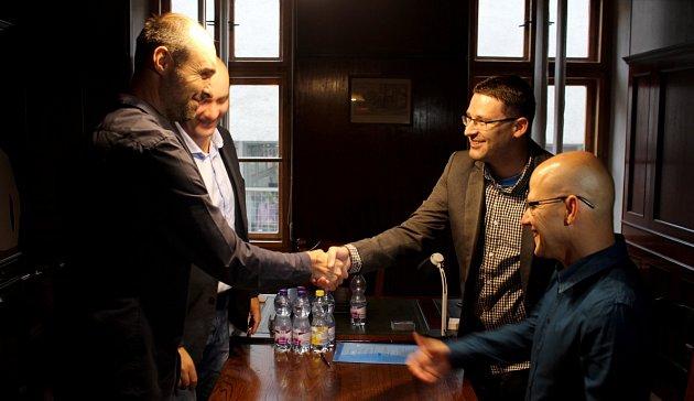 Podepsání smlouvy zástupci nové novojičínské koalice.
