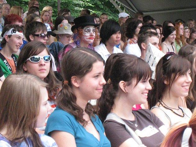 Již počtvrté se v roce 2008 s koncem školního roku vydal do ulic Nového Jičína průvod rozličných masek. Studenti místního gymnázia a střední odborné školy slavili Juniáles.