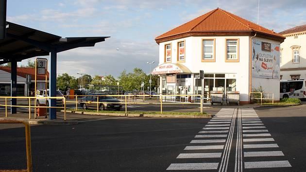 V areálu autobusového nádraží v Novém Jičíně okradla opilá zlodějka opilého muže.