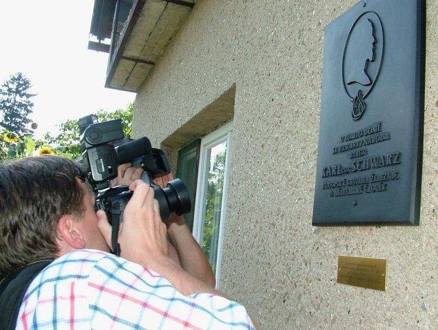 Pamětní deska na počest Karla Schwarze na domě v Novém Jičíně-Žilině.