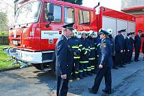 Velitel jednotky Lubomír Šíp křtil v sobotu odpoledne novou hasičskou tatru.