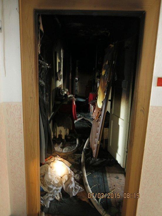 Sobotní požár pětipokojového bytu v Kopřivnici vznikl od svíčky.