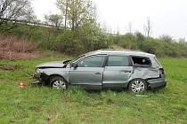 Dvaasedmdesátiletý řidič Passatu sjel ve středu 1. května v mírné levotočivé zatáčce mimo komunikaci.