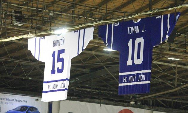 POCTA KLUBOVÉ LEGENDĚ! Vedení novojičínského hokejové klubu ocenilo Jaroslava Bartoně  (vmodrém) slavnostním vyvěšením dresu sjeho jmenovkou.