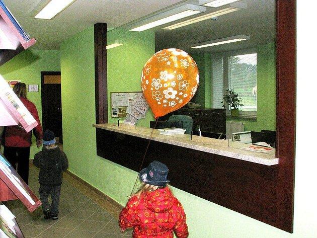 Nová podatelna je nyní v přízemí budovy Obecního úřadu Jeseník nad Odrou.