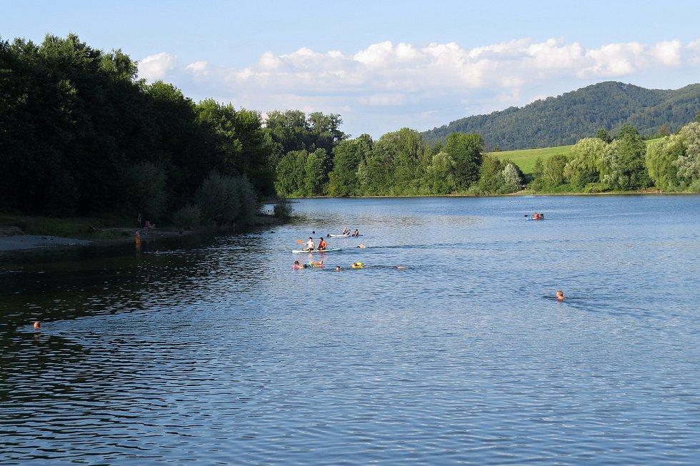Podvečerního koupání v přehradě ve Větřkovicích u Kopřivnice si ve čtvrtek 29. července 2021 užívaly desítky lidí.