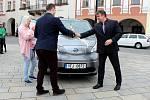 LONI V PRVNÍ POLOVINĚ DUBNA tehdejší starosta Nového Jičína Jaroslav Dvořák (vpravo) představil v centru města elektroautomobil pro novou službu Baby a senior taxi. Jak vyšlo teď najevo, smlouva na používání vozidla je neplatná.