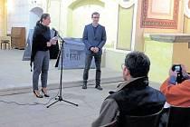 Hana Orlitová s Martinem Vitkem ve čtvrtek v podvečer otevřeli výstavu Příběhy míst topografie soudobé paměti národa v kostele sv. Josefa ve Fulneku.