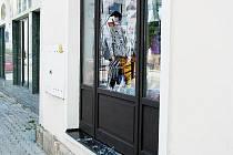 Jedna velká díra zela v pondělí 28. června ve výkladu prodejny papírnictví a kancelářských potřeb v Novém Jičíně.