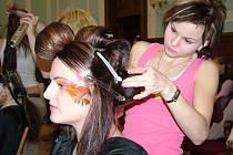 Na přehlídce budoucích kadeřnic a kosmetiček se představil jako model i jeden hoch.