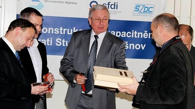 Oficiální zahájení rekonstrukce trati Studénka Veřovice se uskutečnilo v úterý 11. prosince v Dělnickém domě ve Studénce za účasti zástupců investora, města i dodavatele.