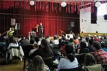Kulturní dům v Suchdole nad Odrou ožil dětským smíchem. Akcí Fondu pro postižené a hendikepované děti provázel bavič a imitátor Vladimír Hron.